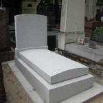 Pierre tombale en granit gris perle bouchardée
